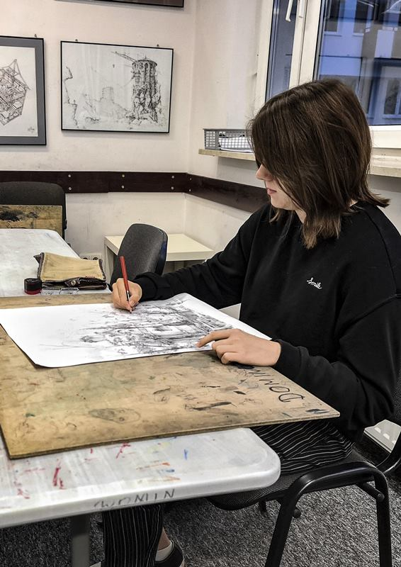 kursantka rysuje rysunek na kursie rysunku